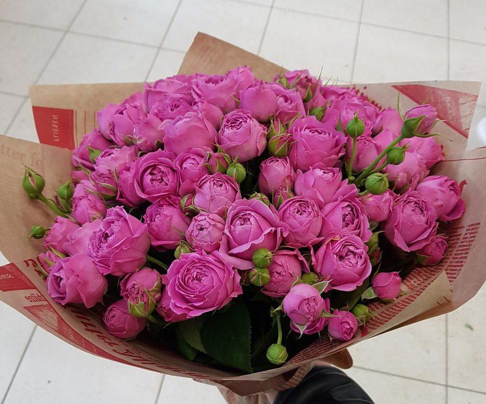 Букет «Кустовые розы в крафте»